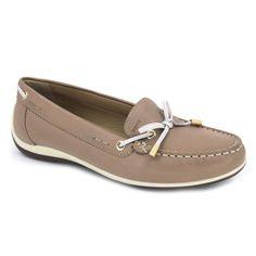 Geox Yuki D6455A Zapatos mocasines de estilo casual y urbano para mujer hechos con pieles suaves. Suela con 2 cm de altura muy cómodos para caminar. La puntera es redondeada y dispone de un lazo de adorno. La plantilla interna está acolchada. Suela externa sintética