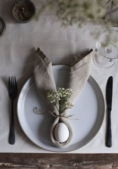 Diy Osterschmuck, Easter Table Decorations, Napkin Folding, Easter Celebration, Easter Brunch, Diy Table, Table Napkin, Scandinavian Interior, Diy For Teens