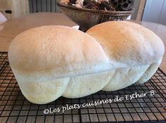 Voici un merveilleux pain traditionnel et qui goûte le fameux pain d'antan! Une superbe mie filante et la croûte est hyper craquante! De q... Bread Recipes, Chicken Recipes, Pain Pizza, Pizza Sandwich, Bread Bun, Crumpets, Hot Dog Buns, Biscuits, Sandwiches