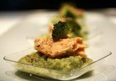 La crema broccoli e ceci con filetti di salmone è un piatto completo dal punto di vista nutrizionale, perfetto anche per un regime dietetico.