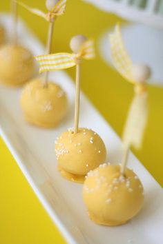 Bee Cake Pops – Something Sweet For You Yellow Cake Pops, Bee Cake Pops, Bar A Bonbon, Lemon Party, Bee Cakes, Wedding Cakes With Cupcakes, Baby Shower Cupcakes, Something Sweet, Mellow Yellow