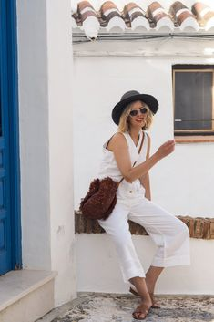 I seem to have turned into my mother and saved white linen for holidays only. But that's not a bad thing. White Trousers, White Jeans, Maternity Wear, Maternity Fashion, The Frugality, Pregnancy Wardrobe, Bohemian Look, Boyish, Black Bra