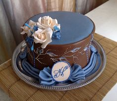 I love the color combo on this...So stunning! (By Criollo Cakes)