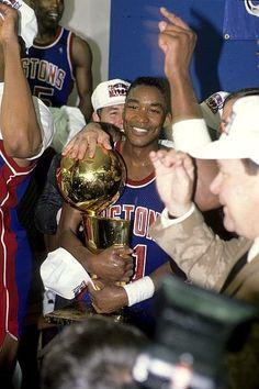 Fotografia de notícias : Detroit Pistons Isiah Thomas victorious with. Detroit Basketball, Detroit Sports, Basketball Teams, Detroit Pistons, Los Angeles Lakers, Nba Players, Larry, Victorious, Aba