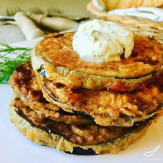 A quick and easy appetizer or side dish, aubergine slices fried in oil then slathered generously with sour cream and fresh dill - Fried Eggplant Slices (Жареные баклажаны) Best Side Dishes, Healthy Side Dishes, Tasty Dishes, Eggplant Dishes, Eggplant Caviar, Fried Eggplant Recipes, Quick And Easy Appetizers, Appetizer Plates, Vegetarian Dinners