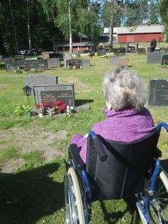 Hautakukkia ihastelemassa ja muistelemassa entisaikoja