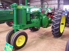 """The """"Flat back"""" refers to the lack of a lift for tractor mounted implements. Glen Rose July 08 show Old John Deere Tractors, Farmall Tractors, John Deere Equipment, Old Farm Equipment, Antique Tractors, Vintage Tractors, John Deere Decals, Kawasaki Motorcycles, Triumph Motorcycles"""