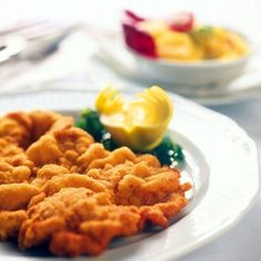 The Wiener Schnitzel - a breaded and fried veal escalope. Recipes for this delicacy can be found in Viennese cook books dating back to the century. Today it is the Austrian national dish par excellence, world famous and always delicious. Wiener Schnitzel, Austria Food, Veal Recipes, Austrian Recipes, National Dish, Nom Nom, Main Dishes, Food And Drink, Kitchens