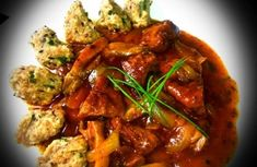 Pečený guláš ze seitanu a hlívy s ovesnými noky Vegan V, Seitan, Thai Red Curry, Meat, Chicken, Ethnic Recipes, Food, Red Peppers, Essen