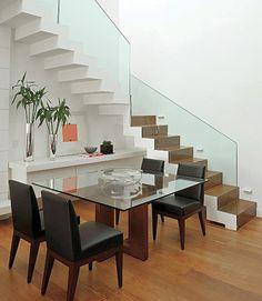 O aparador é peça fundamental na sala de jantar. No projeto da arquiteta Adriana Parente, ele fica embaixo da escada