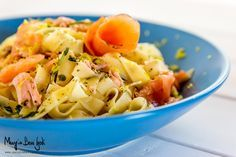 Le tagliatelle al salmone e limone sono un grande classico della cucina italiana. Un primo piatto semplice, colorato, estivo.