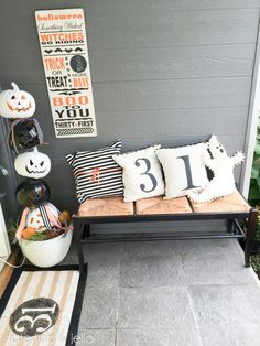 Halloween Typography Bat and Countdown Board! DIY Halloween Count Down Board and Typography Sign! SO cute for indoors or your front porch!DIY Halloween Count Down Board and Typography Sign! SO cute for indoors or your front porch! Spooky Halloween, Happy Halloween, Halloween Mignon, Halloween Veranda, Halloween 2018, Holidays Halloween, Vintage Halloween, Farmhouse Halloween, Halloween Mural