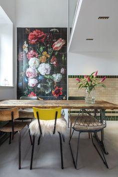 Décor do dia: cadeiras diferentes na sala de jantar floral (Foto: reprodução)