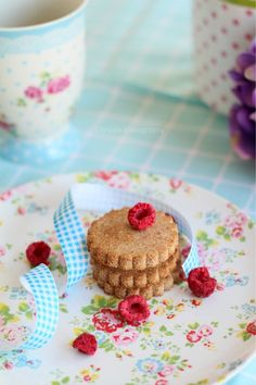 what is that ribbon doing on my plate? Cookie Recipes, Dessert Recipes, Raspberry Cookies, Happy Kitchen, Kitchen Pics, Afternoon Tea Parties, Cookie Crumbs, Vegan Baking, Cute Food