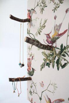 Des oiseaux sur des branches qui portent vos colliers, bracelets, bagues et boucles d'oreilles. Une étagère très féminine qui invite à disposer vos bijoux pour mieux les contempler, les choisir, se laisser inspirer ! Comme le suggère les bijoux de la créatrice Insiprations by la Girafe mis en scène sur les photos.Mister Wood a imaginé cette étagère avec du papier peint Cole
