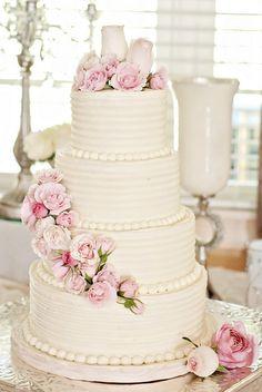 Torta de boda decorada con rosas en cascada de color rosa claro. #TortaDeBoda