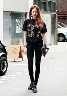 Street fashion has developed from the grassroots, not in a style studio. Street fashion is closely linked to the youth and the way in which they decid. K Fashion, Mundo Fashion, Ulzzang Fashion, Korea Fashion, Asian Fashion, Fashion Outfits, Planet Fashion, Fashion Ideas, Asian Street Style