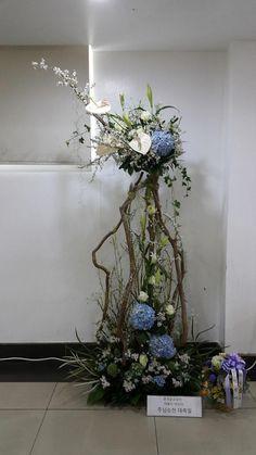 Tropical Floral Arrangements, Church Flower Arrangements, Ikebana Arrangements, Church Flowers, Beautiful Flower Arrangements, Funeral Flowers, Tropical Flowers, Colorful Flowers, Flower Show