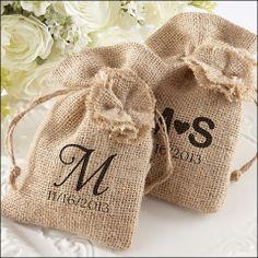 LOVE these personalized burlap favor bags #weddingfavors #rusticweddings