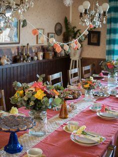 Juhlakattaus syntyy yksinkertaisista elementeistä, kukista, toisiinsa sointuvasta värimaailmasta ja hauskoista yksityiskohdista.