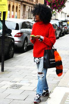シャネルのレザーショップバッグを持った女性