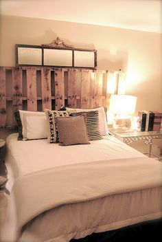 I am in love with wood pallets! I think I'll use a bunch in my house. :)