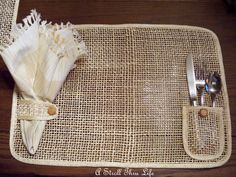 This is so cute! I want to make some. Burlap Crafts, Fabric Crafts, Diy And Crafts, Burlap Projects, Kreative Jobs, Table Runner And Placemats, Burlap Table Runners, Burlap Curtains, Handmade Table