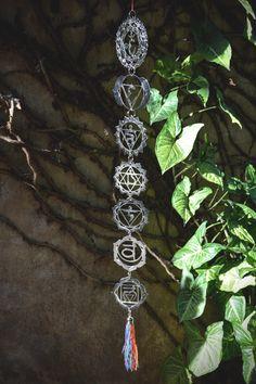 Colgante 7 Chakras Metal Grande - CÓD. 6023 #7chakras #chakras #armonia #equilibrio #lacatedraldelossueños Bangle Bracelets, Bangles, Buddha Beads, 7 Chakras, Yoga Jewelry, Stone Bracelet, Natural Stones, Grande, Crochet Necklace