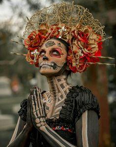 Day of the dead La Catrina Sugar Skull - Sugar Skulls - Halloween Mexico Day Of The Dead, Day Of The Dead Art, Maquillage Voodoo, Halloween Kostüm, Halloween Costumes, Vintage Halloween, Skeleton Costumes, Halloween Skeletons, Maquillaje Sugar Skull