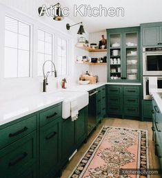 While white kitchens are all the rage these days, what do you think about these dark green kitchen cabinets snapped by via… Dark Green Kitchen, Green Kitchen Cabinets, Kitchen Cabinet Colors, Kitchen Colors, New Kitchen, Vintage Kitchen, Kitchen Country, Pine Cabinets, Neutral Kitchen