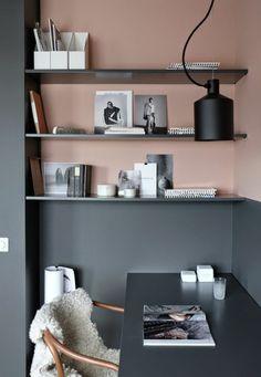 peinture acrylique mur, étagères murales grises sur un mur rose, office de travail