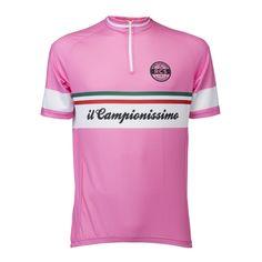 Il Campionissimo won 5x de Giro d'Italia en daarmee Maglia Rosa. Daarom hebben we een Giro editie gemaakt met zijn naam op het shirt. Dit is de voorkant van het shirt.. http://www.retrocyclingshirts.com/nl/product/il-campionissimo-giro-ditalia/