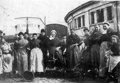 Oostendese vissersvrouwen poseren voor de 'cierk', een gebouw dat zijn naam dankt aan de ronde bouwvorm. Op de achtergrond staat een wagen van de ijsfabriek De Naeyer uit Bredene.