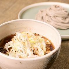 『ねぎたっぷり 豚南蛮そば』 豚肉と長ねぎがたっぷり入った、豚南蛮そばです。冷たいそばと温かいつけ汁がたまらない一品になります。かつお節を使って出汁を取っていますが、昆布のように置く時間もないので、とても簡単に作れます。是非お試しください。 Cooking Recipes For Dinner, No Cook Meals, Gourmet Recipes, Asian Cooking, Easy Cooking, Cocina Diy, English Food, Daily Meals, Breakfast Dishes