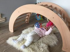 The climbing arch is one of the toys developed by Emmi Pikler and can be used in as many ways as the climbing triangle. Best Picture For Montessori printables For Your Taste You are looki Baby Gym, Baby Play, Corner Furniture, Diy Furniture, Do It Yourself Upcycling, Kids Wood, Baby Kind, Craft Activities For Kids, Wood Toys