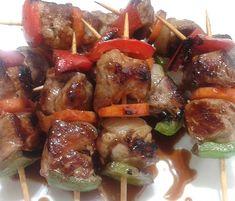 Mini brochette de Cerdo y Vegetales Catering, Meat, Chicken, Food, Pork, Veggies, Catering Business, Gastronomia, Meals