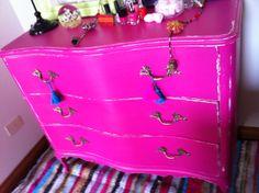 COMODA FUCSIA FRANCESA DECAPADA Chalk Paint, Magenta, Deco, Bathroom Furniture, Sweet Home, Hot Pink, French Tips, Dining Room, Colors