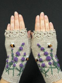 Beige Gloves With Lavender, Knitted Fingerless Gloves, Embroidery, Lavender, Bee. Knit Mittens, Knitted Mittens Pattern, Diy Tricot Crochet, Hand Knitting, Knitting Patterns, Alana Blanchard, Vintage Gloves, Costumes, Outfits