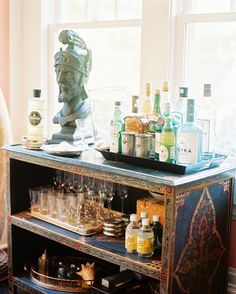 Creating a home bar area is not difficult to do. Here are some great ideas for creating a bar in your home. Bar Cart Styling, Bar Cart Decor, Home Bar Decor, Cafe Bar, Bar Antique, Bookcase Bar, Bookcases, Bandeja Bar, Bar Tray