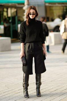 A guest wears a black top black cropped pants black boots outside Louis Vuitton during Paris Fashion Week Womenswear Spring/Summer 2018 on October Looks Total Black, Fashion Photo, Fashion Looks, Paris Fashion, Fashion Black, Street Fashion, Botas Western, How To Wear Culottes, Black Culottes Outfit