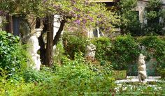 Palazzo Barnabo garden fountain statues situated in corner | The Decorating Diva, LLC #blogtourmilan #venice #gardens