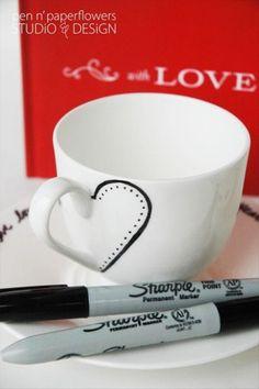 Op een hele simpele manier (met een zwarte watervaste stift) hartjes op je kopjes maken. Leuk.