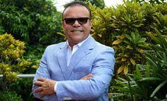"""Alex D' Castro Oriundo de Puerto Rico, el afamado """"Tenor de la salsa"""" es uno de los exponentes más destacados en el género tropical. Hijo de padres boricuas y con una gran pasión por la música desde muy pequeño, decide estudiar a fondo lo que le apasiona, siendo así un egresado de la Universidad de Puerto Rico, obteniendo un bachillerato en música. Con el pasar del tiempo, las cualidades se fueron perfeccionando en este individuo, abriéndole paso a una excelente carrera musical."""
