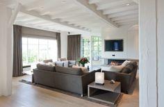 Mooie setting, mooie kleuren, met openhaard. Lange grijze gordijnen Gray Interior, Interior Design, My Living Room, Luxury Living, House Colors, Window Treatments, Interior Inspiration, Family Room, Interior Decorating