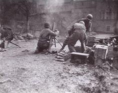 81 mm mortar crew