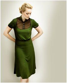 Figurnahes, tailliertes Kleid aus angenehm weichem Jersey.  Über der Taille fällt das Kleid etwas weiter. Highlight: Die Passe   ist aus durchsichtige