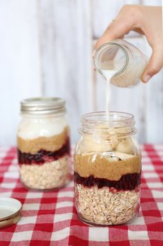 Peanut Butter Jelly Time 10 Beautifully Designed Overnight Oat Jars To Drool Over Overnight Oats In A Jar, Oatmeal In A Jar, Peanut Butter Overnight Oats, Mason Jar Oatmeal, Quaker Overnight Oats Recipe, Overnite Oats, Mason Jar Meals, Meals In A Jar, Breakfast In A Jar