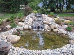 Fertig gebauter Gartenteich mit kleinem Wasserfall