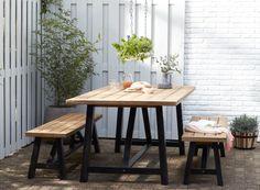 KARWEI | Deze tafel is een echte blikvanger in iedere tuin door zijn zwarte houten onderstel en teaklook tafelblad #tuininspiratie #karwei