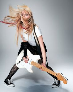 Avril Lavigne v nízkých černých teniskách Converse a síťovaných punčochách  Pop Punk ecbc59f6cc